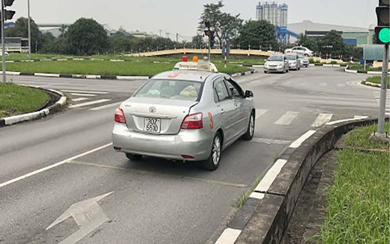 Bài lái xe qua ngã tư có tín hiệu điều khiển giao thông.